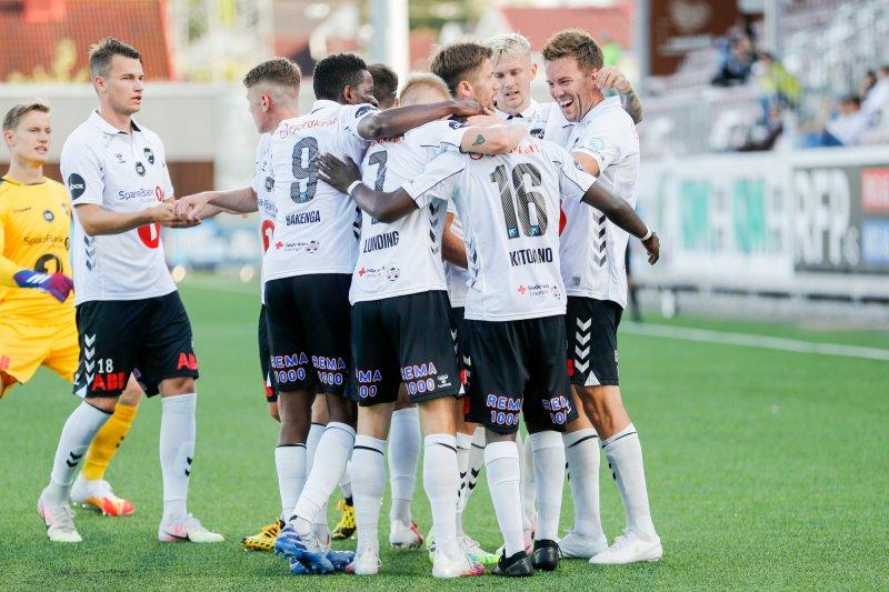 Odds Joshua Kitolano jubler med lagkamerater etter 0-1 målet under eliteseriekampen i fotball mellom Mjøndalen og Odd på Consto Arena.Foto: Geir Olsen / NTB scanpix