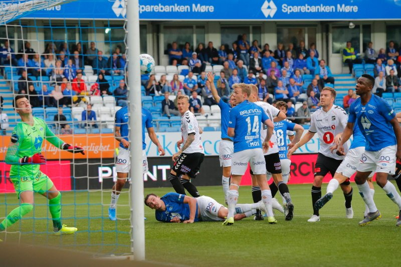 Molde - Odd. Odd med en avslutning i stolpen i eliteseriekampen i fotball mellom Molde og Odd på Aker Stadion.Foto: Svein Ove Ekornesvåg / NTB scanpix
