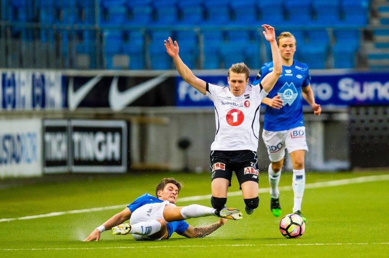 Mathias Antonsen Normann takler Riku Riski , Foto: Marius Simensen, Digitalsport