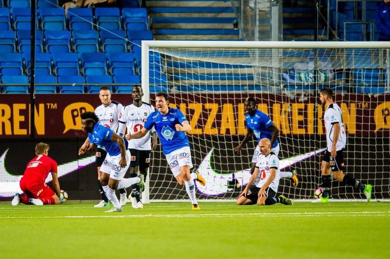 Thomas Amang scorer 2-1 målet for Molde , Foto: Marius Simensen, Digitalsport