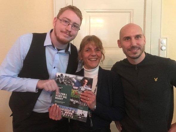 Sondre og Tonje fikk en jubileumsboka til Odd og signaturen til fotballhelten Jone som en ekstra takk for innsatsen.