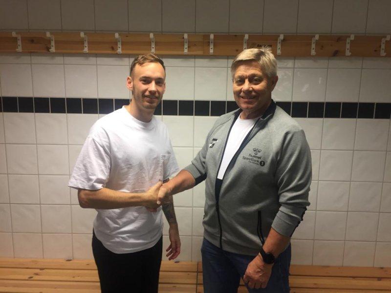 Tore Andersen gratulerer Elias med signeringen.