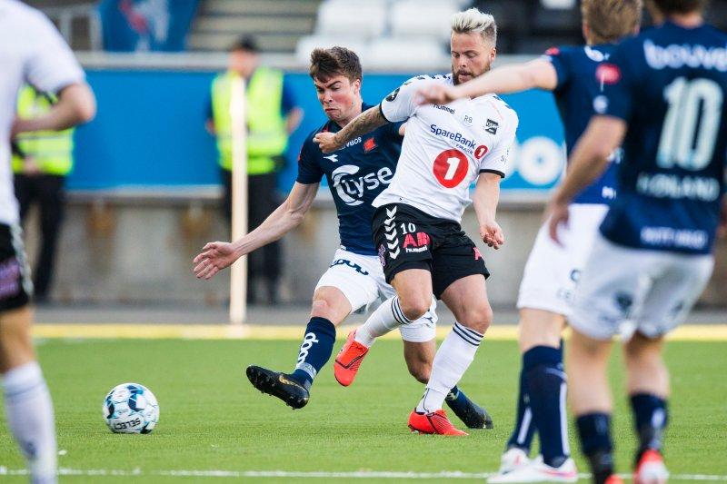 Odd - Viking. Odds Sander Svendsen (t.h) i eliteseriekampen i fotball mellom Odd og Viking på Skagerak Arena. Foto: Trond Reidar Teigen / NTB scanpix
