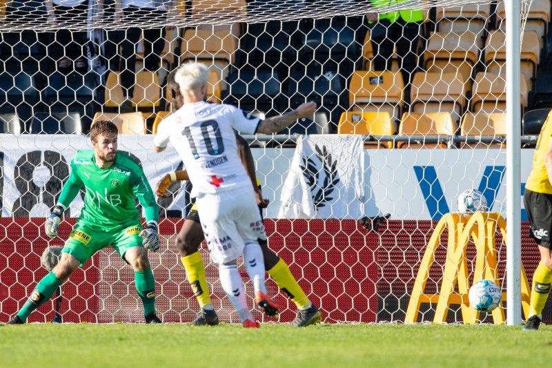 Odds Sander Svendsen scorer under eliteseriekampen i fotball mellom Lillestrøm og Odd på Åråsen stadion.Foto: Audun Braastad / NTB scanpix