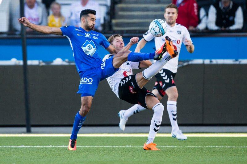Odd-Molde. Moldes Etzaz Hussain (t.v) og Odds Martin Broberg i eliteseriekampen i fotball mellom Odd og Molde på Skagerak Arena.Foto: Trond Reidar Teigen / NTB scanpix
