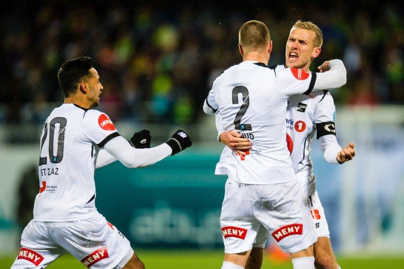 Espen Ruud scorer og blir gratulert av Steffen Hagen og Etzaz Hussain , Foto: Marius Simensen, Digitalsport