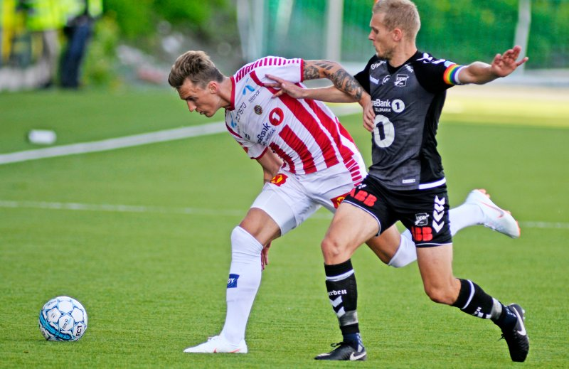 Tromsøs Runar Espejord i duell med Odds Steffen Hagen i eliteseriekampen Tromsø mot Odd på Alfheim Stadion. Foto: Rune Stoltz Bertinussen / NTB scanpix
