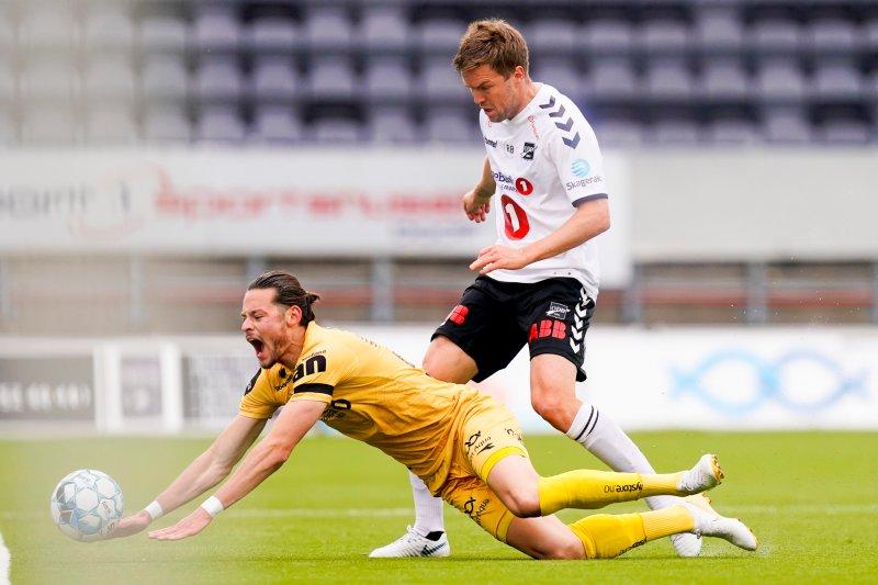 .Glimts Amor Layouni (t.v) blir taklet av Espen Ruud under eliteseriekampen i fotball mellom Bodø/Glimt og Odd på Aspmyra søndag.Foto: Fredrik Hagen / NTB scanpix