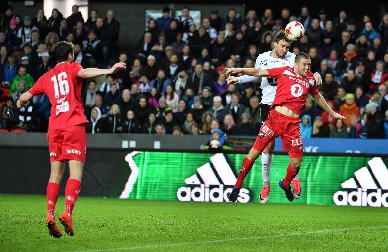 Nicklas Bendtner rager høyere enn Odds Espen Ruud og sender Rosenborg i ledelsen 1-0Foto : Arve Johnsen, Digitalsport