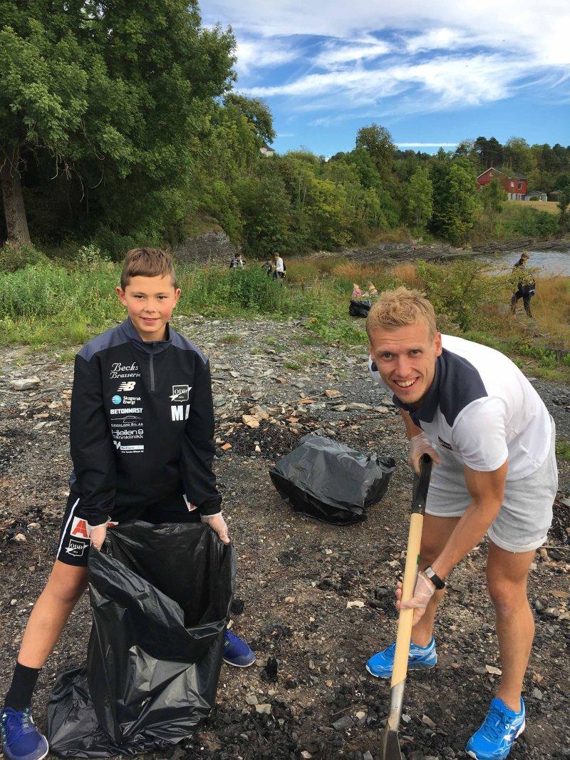 """Under miljøkampen """"Hold Skagerak ren"""" var våre spillere aktivt med og ryddet Frierstranda for søppel."""