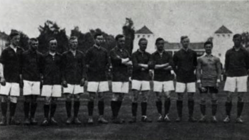 Laget mot Danmark i 1917: F.v.: Per Helsing, Johnny Helgesen, Emil Hansen, Jeja Gundersen, Per Skou, Adolph Wold, Kaare Engebretsen, Rolf Aas, Gunnar Andersen, Ingolf Pedersen og Otto Aulie.